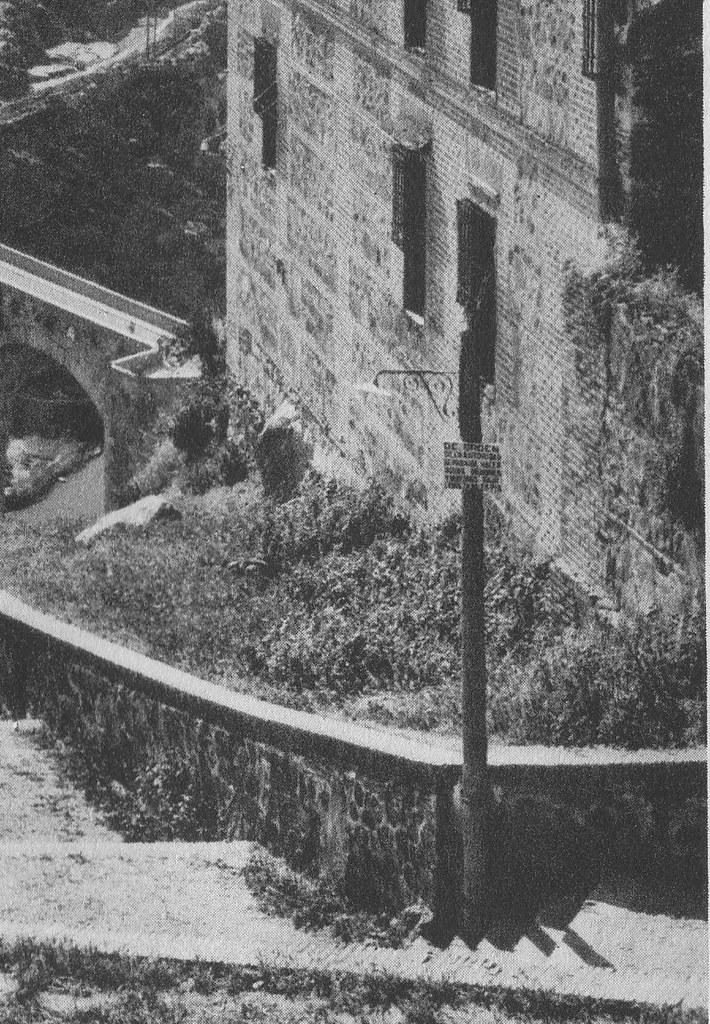 """""""De orden de la autoridad se prohibe hacer aguas menores y mayores bajo multa de 25 pts."""" Cartel en las escalerillas del Miradero hacia 1925. Fotograbado de Friedrich Christiansen"""