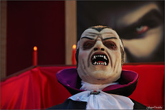 Hombre vampiro/Vampire man (Guijo Córdoba fotografía) Tags: carnival desfile parade vampiro vampire ataud coffin vela candle hombrevampiro vampireman paisvasco guijocordoba nikond70s spain carnaval españa vitoriagasteiz