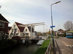 Brug over de Angstel (ednl) Tags: bridge holland bus netherlands river spring streetlight nederland sunny april drawbridge brug lente streetview lantaarnpaal rivier voorjaar abcoude ophaalbrug 2011 zonnig rijksstraatweg baambrugge rijksmonument conexxion angstel 514635 rm514635