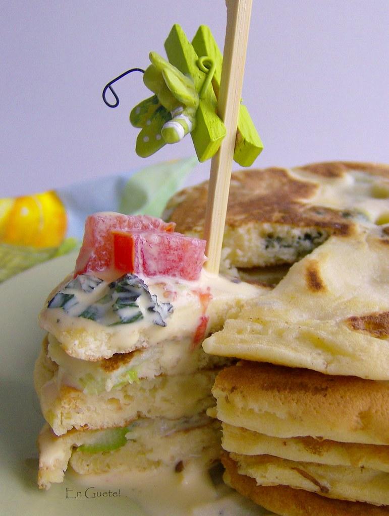 Pancakes de espárragos y salsa holandesa a la albahaca