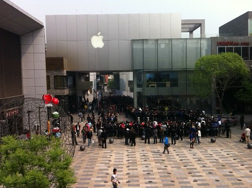 Huge lines for the Beijing Apple store for the white iPhone 4 launch