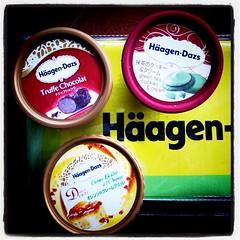 ハーゲンダッツのアイス3つ買ったらレジャーシートもらった。どれもまだ食べたことない味♪