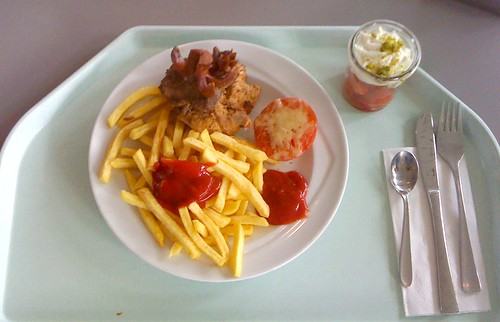Gemischter Grillteller mit Pommes Frites / Mixed barbeque plate with french fries