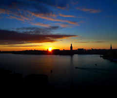Stockholm Sunset Tilt-shift (Tim Bow Photography) Tags: city sunset summer sky sun color colour water silhouette night clouds landscape evening boat focus glow dof sweden stockholm clear trail british sverige welsh expat vasa kungsholmen svenska tiltshift soder farg psdtuts stockholmsunset timboss81 timbowphotography