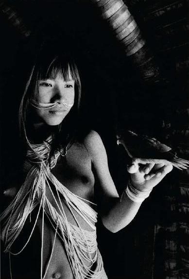 Uma jovem Marubo na aldeia de Maronal, Amazonas, Brasil. 1998