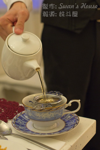 倒茶的時候, 執事會加上茶隔, 那讓茶葉就不會掉進茶杯裡了