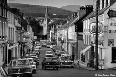 0460 - Henry Street, Kenmare, 1976 (ikaune) Tags: nb bw noiretblanc blackandwhite ikaune argentic argentique monochrome irlande ireland kenmare