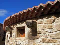 Loving curves (Walimai.photo) Tags: espaa stone tile spain mju pueblo salamanca piedra teja aldeadvila
