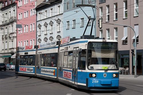 Aus dem Streckenast der Linie 12 fährt Wagen 2159 am Kurfürstenplatz auf den gewohnten Linienweg