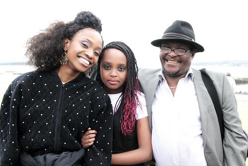 Stella Mweangi sammen med faren og Cheri