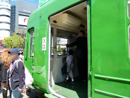 緑の電車入り口