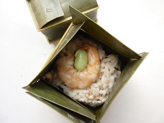 Steamed rice in banana leaf (kattebelletje) Tags: bananaleaf steamedrice vierkantjes wrappedricecakes