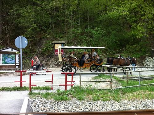 Kutsche am Fuße des Aufstiegs zum Riessersee