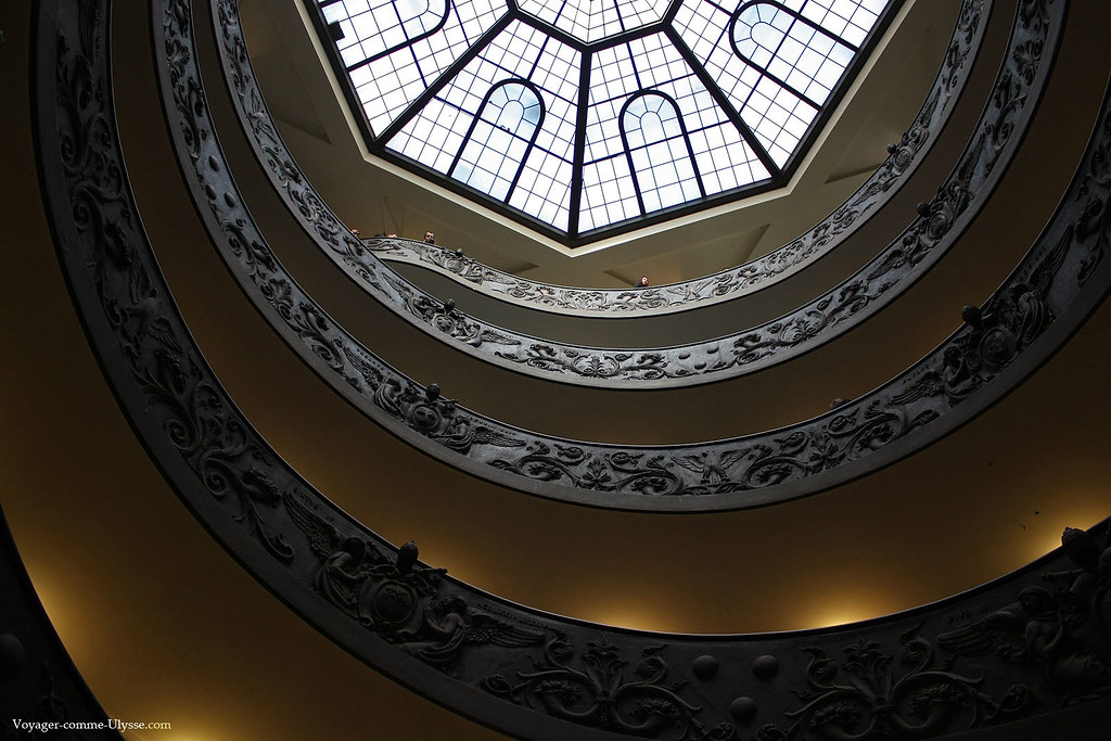 La verrière apporte la lumière du jour à l'éscalier hélicoïdal de Giuseppe Momo