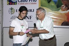 Carlos recebe o prêmio do Dr. Raul Moreira