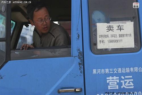 """4月12日,河北沧州泊头货站,郭伟明的车上贴着卖车的小广告。因为行情不好钱难赚,加之车的开销也大,郭伟明一直想把车卖了,然后给别人开车当司机,等以后活好了再自己跑。得知这辆两年前8万元买入的二手车,现在最高只能给到6万元后,郭伟明不满地说,""""卖废铁也可以卖5万。"""""""