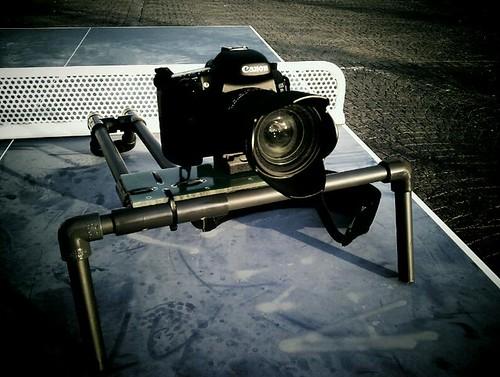 Interesante tarde de pruebas ayer: Technicolor Cinestyle + 7D + bricosoporte para grabar al hombro + ping-pong + monociclo :D