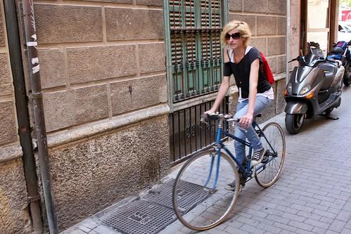 maria y su bici azúl