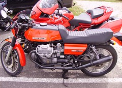 Motos italiennes : Moto Guzzi 850 Le Mans et Ducati Multistrada (JPC24M) Tags: bike vintage italia motorbike classics moto vtwin italie brembo aircooled rtro antivol lafranconi cardan redmotorbike bicylindre carburateur bicylinder motorouge ttedefourche refroidissementparair bquillecentrale 18inchwheel souffletdefourche bicylindre90 protgecylindre rouebton antivolmoto rservoirbiton roue18 couplemoteur bicylindreenv carnagettedefourche roue18pouces sellertro carburateurmoto