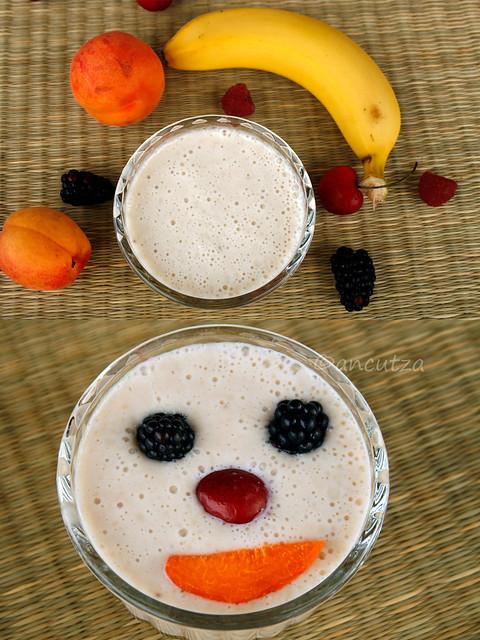 frappè allo yogurt e banana con decorazione divertente alla frutta