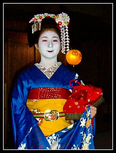 Maiko Satonami con ozashiki-kago roja