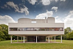 Villa Savoye (Chimay Bleue) Tags: sky white paris blanco modern clouds entrance modernism dramatic front moderne international villa maison francia savoye blanc entry corbusier modernist poissy headon jeanneret particulier moderniste archshot