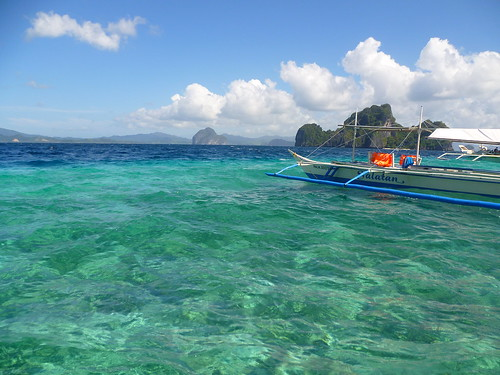 Swimming on El Nido bay lagoons