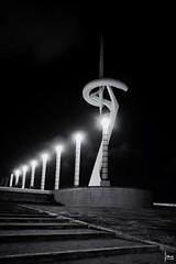 Nit de llums (Francesc Reina / freina) Tags: barcelona blanco canon luces negro calatrava antena negre telefonica montjuich canon1022 blan canon7d freina franciscoreina catalunyamontjuichdenit montjuichdenit