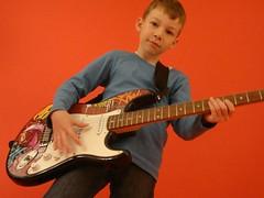 Kind1 mit E-Gitarre