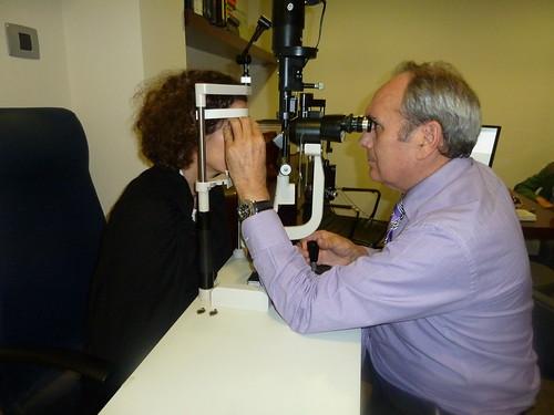 Ante la aparición de fotopsias o fosfenos, se debe visitar al oftalmólogo para analizar la retina