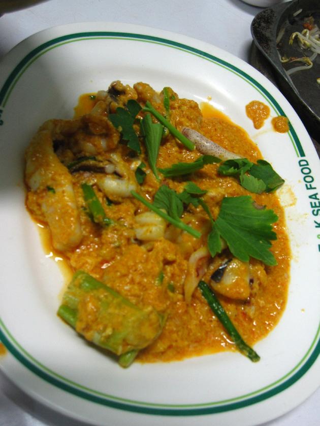 Thai yellow egg curry with squid (Pla Meuk Pad Pongali, ปลาหมึก ผัดผงกะหรี่)