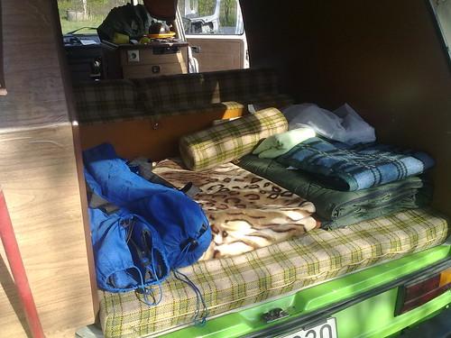 Bagażnik, kanapa i łóżko Volkswagena T3 w wersji kempingowej (kampera).