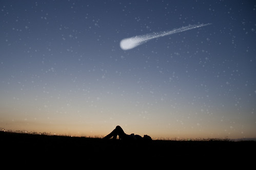 [フリー画像] 人物, 人と風景, フォトアート, シルエット, 寝転ぶ, 流星・流れ星, 201105312300