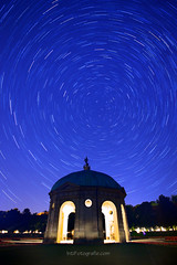 Startrail Pavillion - Hofgarten (Gus Mercerat ( 130.000 Thanks!)) Tags: stella light luz canon germany munich mnchen bayern deutschland star arquitectura nacht picture himmel monaco cielo fotos estrellas nocturna alemania 5d polar bild stern nord germania startrails lichtmalerei noctanbulos