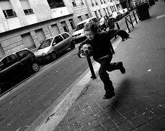 Action poursuite (Jack_from_Paris) Tags: street bw paris ball lens prime la angle noiretblanc action candid ballon go wide move nb course 20mm monochrom rue enfant jeu poursuite jouer courir 13 f32 flickrduel nikond700 nikkoraf2820mm jpr7867d700