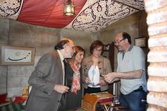El calgrafo Ricardo Placed explicndole a la directora de la Sede de La Rbida , delegado de Cultura y la diputada de Huelva su trabajo (Universidad Internacional de Andaluca (UNIA)) Tags: la rabida caligrafa