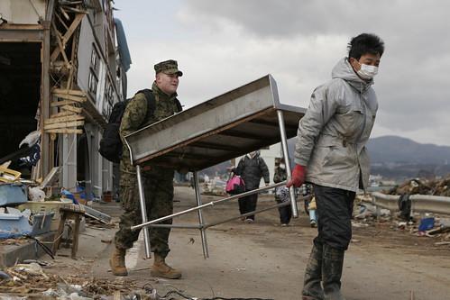 [フリー画像] 社会・環境, 災害, 救援活動・救済支援, 2011年東日本大震災, アメリカ海兵隊, 日本, 201104072300