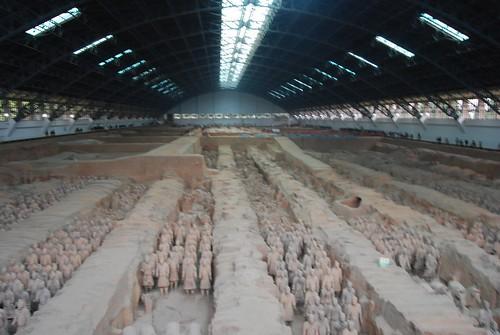 Panoramafoto der Halle eins der Terrakottaarmee, tausende Tonkrieger, alle anders.