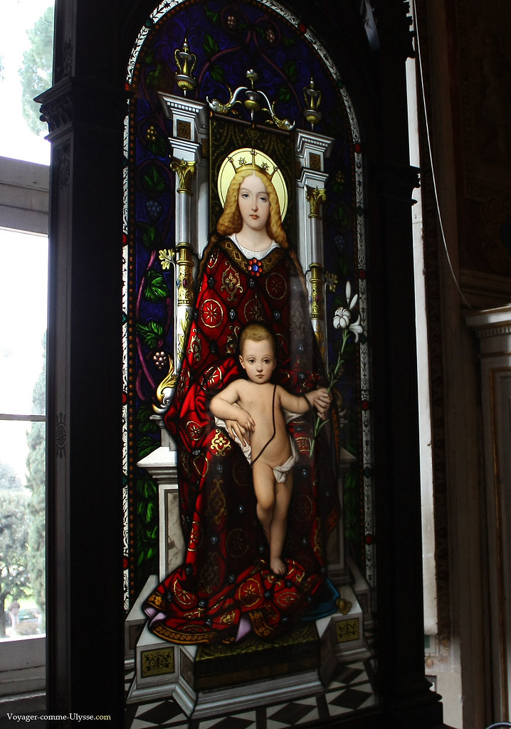 Vitrail de la Vierge Marie et de l'enfant Jésus, par Giuseppe Bertini