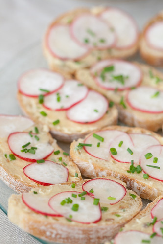 Crostini with radishes and anchovy butter / Ciabatta-viilud anšoovisevõi ja redisega