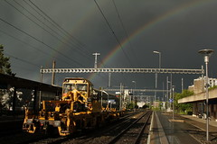 Regenbogen - Rainbow mit Baumaschine am Bahnhof Bern Bümpliz Nord bei Bern im Kanton Bern in der Schweiz (chrchr_75) Tags: chriguhurnibluemailch christoph hurni schweiz suisse switzerland svizzera suissa swiss chrchr chrchr75 chrigu chriguhurni mai 2014 1405 eisenbahn bahn train treno zug schweizer bahnen albumbahnenderschweiz mai2014 juna zoug trainen tog tren поезд lokomotive паровоз locomotora lok lokomotiv locomotief locomotiva locomotive railway rautatie chemin de fer ferrovia 鉄道 spoorweg железнодорожный centralstation ferroviaria albumbahnbaumaschinen baumaschinen regenbogen rainbow arcen arcobaleno レインボー duga regenboog tęcza arcoíris arco iris