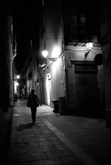 cat people (Mariann Nikolaisen) Tags: barcelona street bw night canon spain alley barca darkness barrigtic sigmalens canon400d mariannnikolaisen