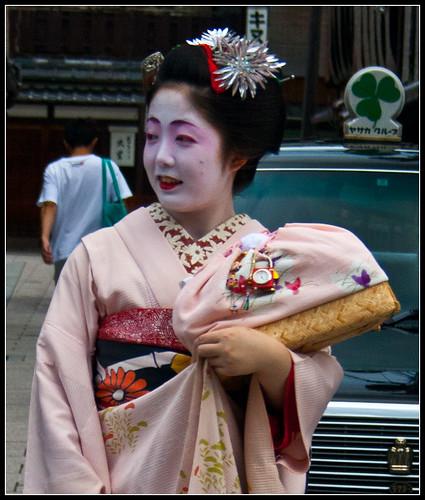 Maiko Mametomi con ozashiki-kago rosa