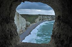 ventana con vista (ceszij) Tags: france francia normandie normandia etretat scogliere falesie acantilado gabbiano seagull oceanoatlantico atlanticocean rock