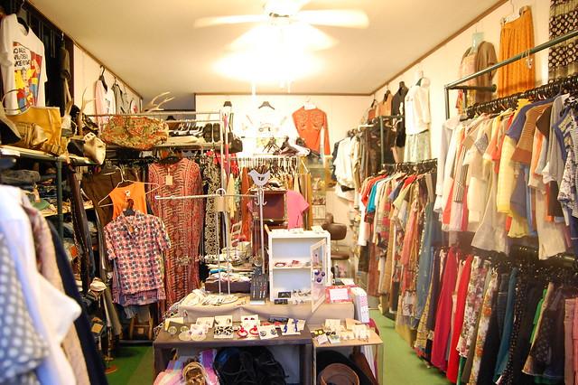 鹿沼市役所近く、パナマの横には古着屋SHIRABEがあるよ。エスニックとかいろいろかわいい服があったよ! #kanuma