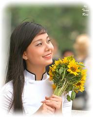 IMG_3810_Portrait (Tuan Ru) Tags: portrait flower smiling canon 50mm women mark 100mm hanoi