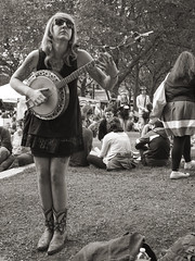 banjo half (doug_r) Tags: blackandwhite bw blancetnoir northwestfolklifefestival p1040689 blancoynegre panasonicgf1 pacificaphoto leica20mmf17 2014rosenoffphotographyllcallrightsreserved simplelrprocessinglwmodtoning 20140524
