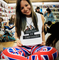 Sherlock da Depressão!!! (TheJennire) Tags: camera uk light brazil portrait england people cinema luz me smile face fashion bandeira brasil shirt canon hair cores movie photography photo tv eyes funny colours foto sãopaulo flag young makeup style olhos poetic colores clothes event teen sp ojos bbc cheeks page bandera tvshow sorriso sonrisa moment fotografia sherlockholmes holmes fangirl fandom camara cabelo pelo leggings sherlock cabello facebook mycroft livrariacultura martinfreeman johnwatson benedictcumberbatch mycroftholmes markgatiss tumblr bbcsherlock sherlockbbc gatissnobrasil