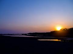 Los colores de la tarde (_Zahira_) Tags: blue sunset sky sun sol water azul backlight contraluz lafotodelasemana atardecer agua olympus cielo reflejo anochecer reflejos ngr e500 uro ltytr1 horaazul