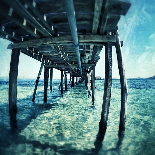 Komodo - Kanawa Island - Long jetty perspective in a turquoise sea
